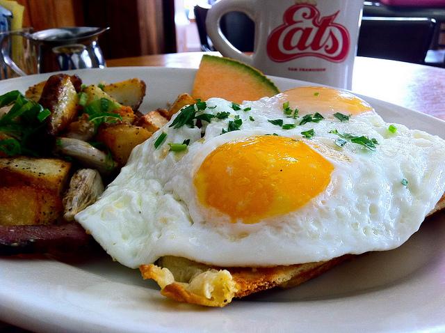 夢占い 卵を食べる