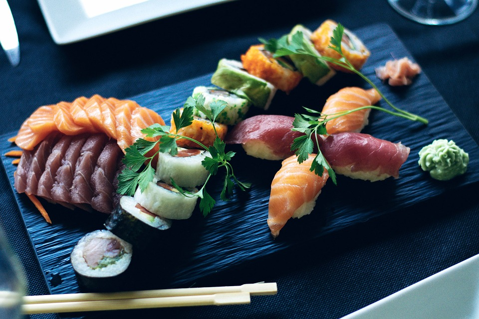 美味しい寿司を食べる