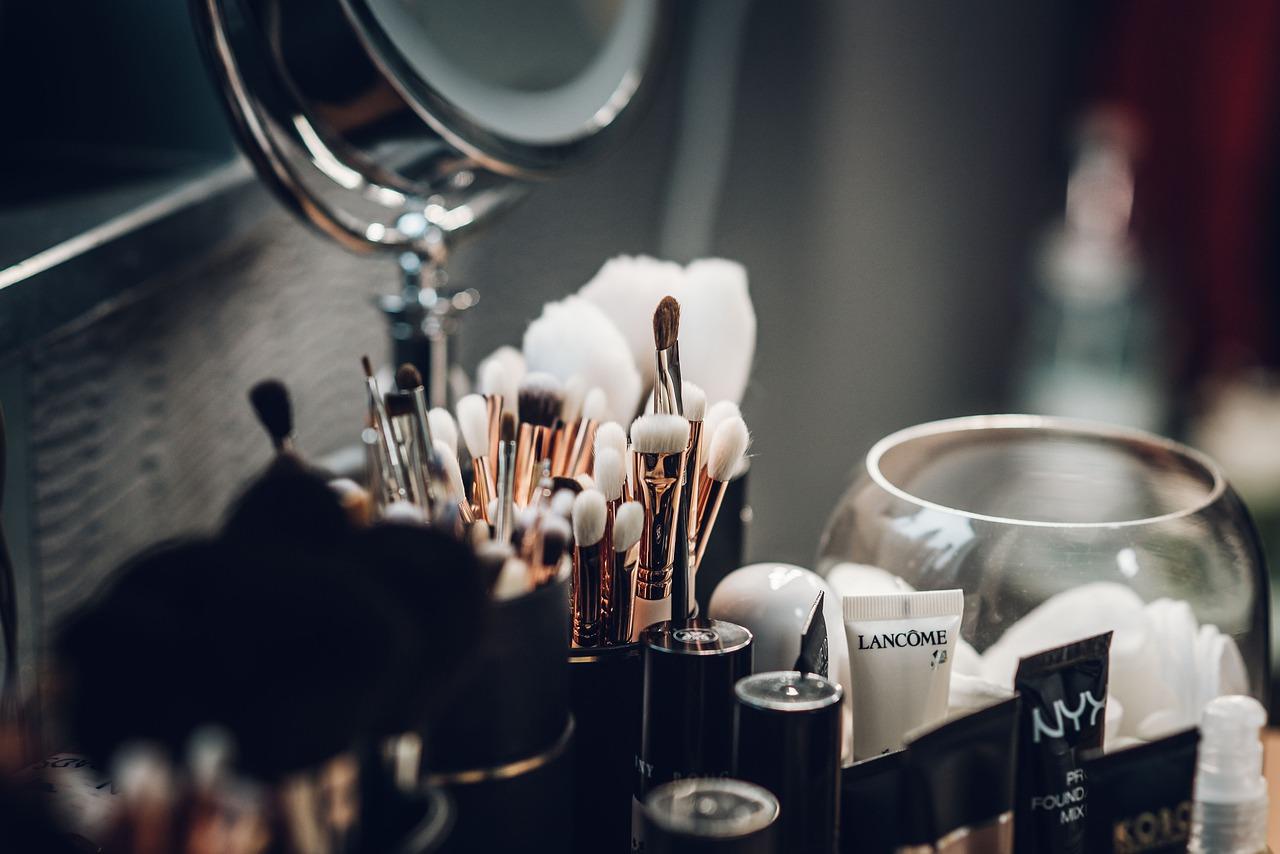 夢占い化粧の意味2:自分で化粧する夢
