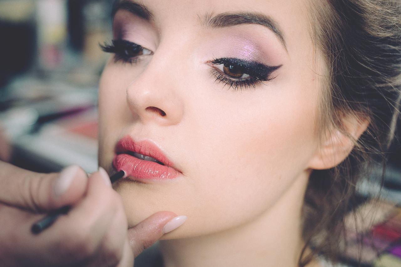 夢占い化粧の意味4:誰かに化粧してもらう夢