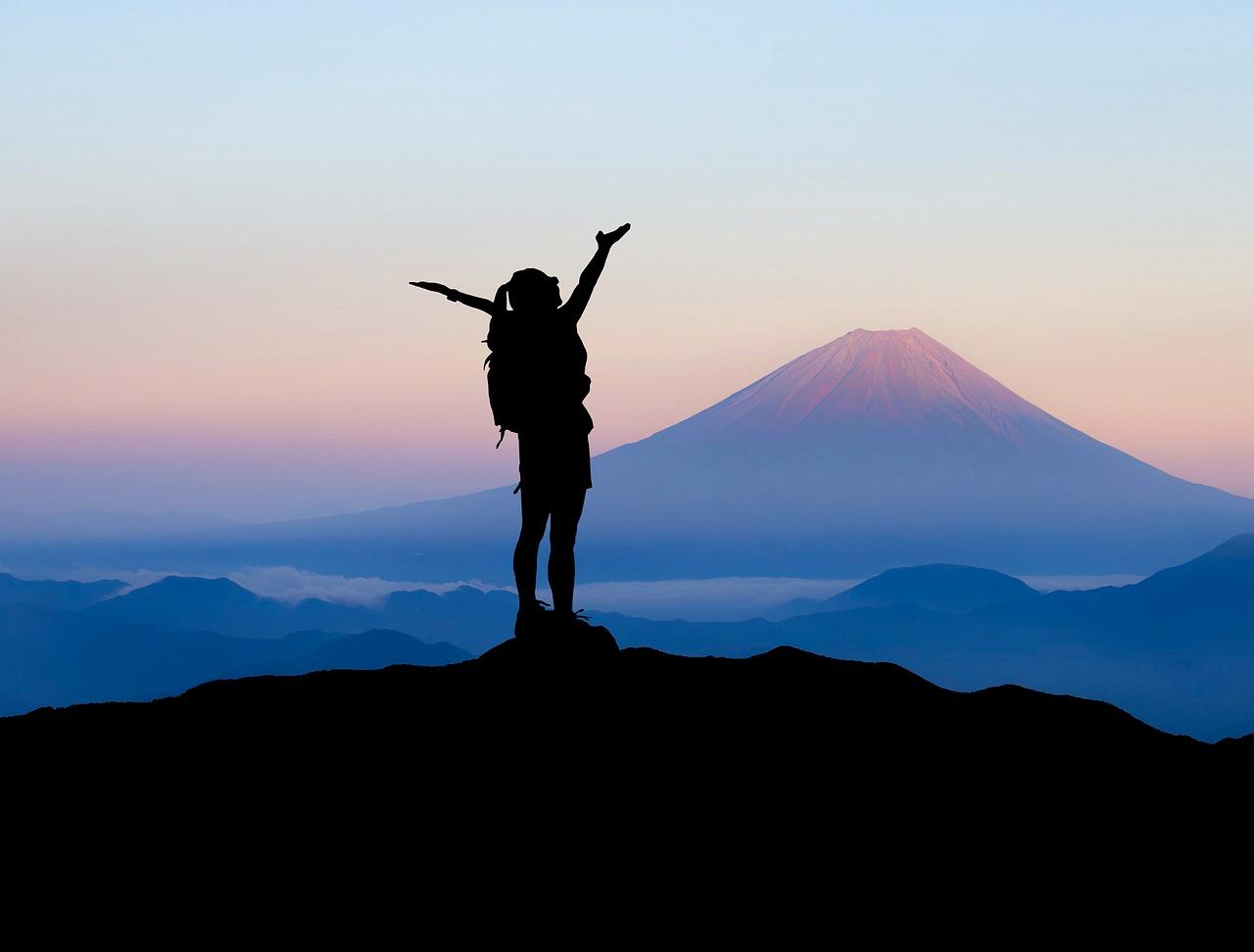 夢占い山の意味4:山頂に達する夢